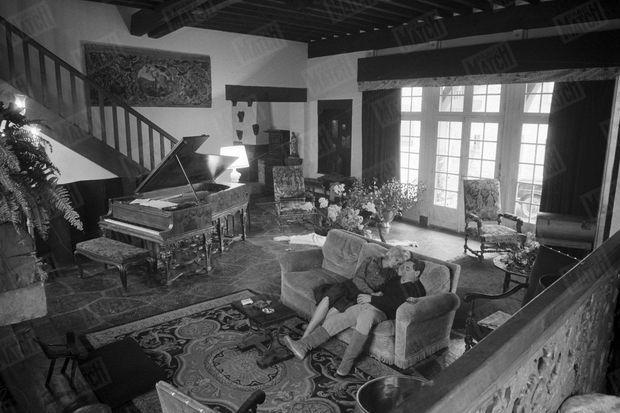 """« """"Je me voyais déjà en haut de l'affiche"""", dit un de ses succès. Ce salon illustre sa réussite. Mais pour lui son luxe c'est le Steinway de ses débuts. Il l'a fait sculpter et dorer comme un carrosse » (Paris Match n°669, daté du 3 février 1962)"""