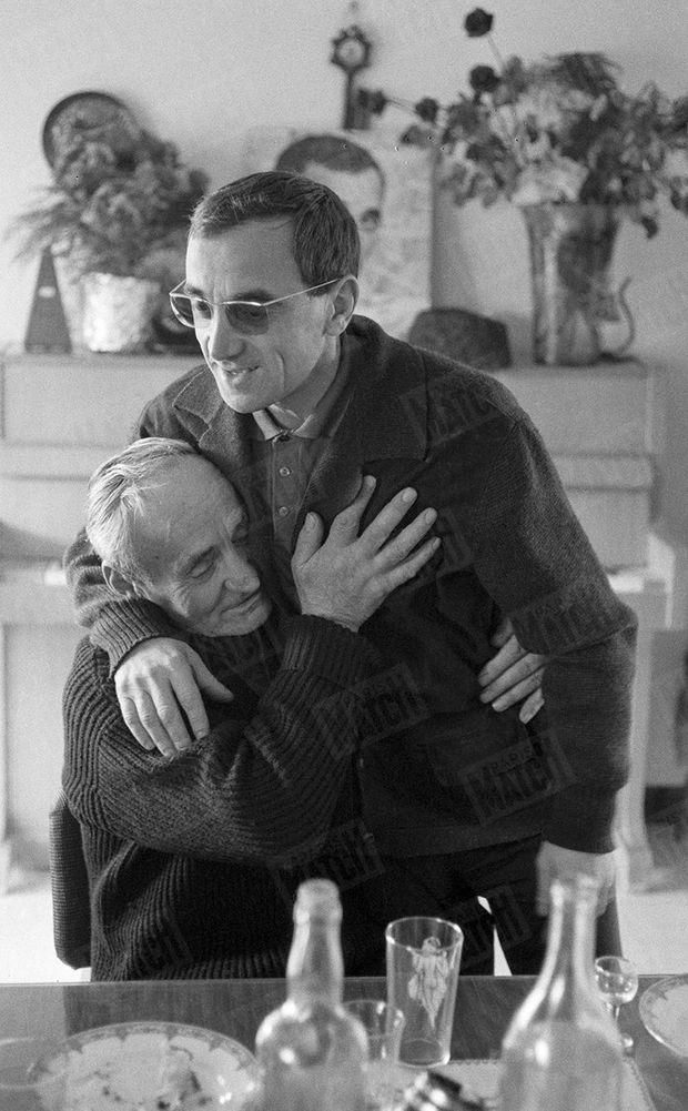 Charles Aznavour prenant son père Misha dans ses bras, dans le mas de Mougins, le 23 janvier 1962.