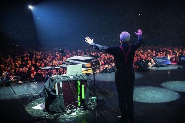 Le 13 décembre 2017, à l'AccorHotels Arena. Dans la dernière demi-heure, Aznavour tombe la veste et se laisse aller à goûter au plaisir du public.