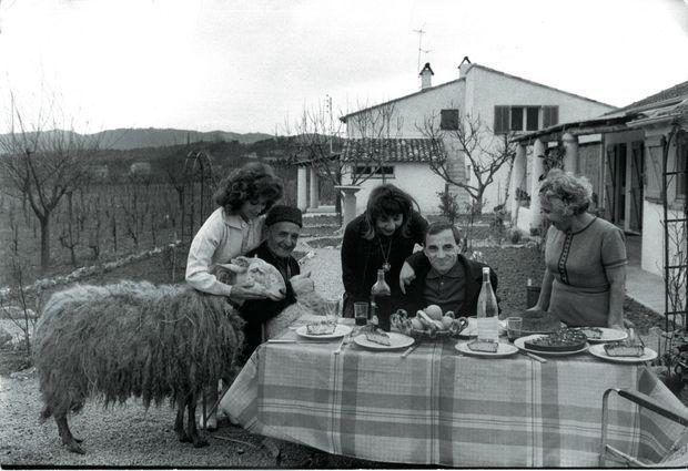 En 1962, à Mougins, où il a installé sa famille dans un mas à plusieurs dépendances. De g. à dr. : sa sœur aînée Aïda, Micha, son père, sa première fille, Seda, et sa mère, Knar.