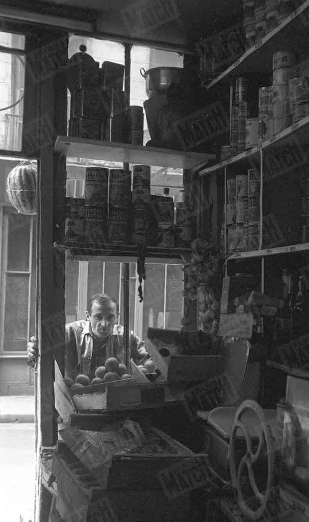 « Rue de la Huchette. C'est là qu'il est né. Il retrouve l'épicerie où allait sa mère » (Paris Match n°596, daté du 10 septembre 1960)