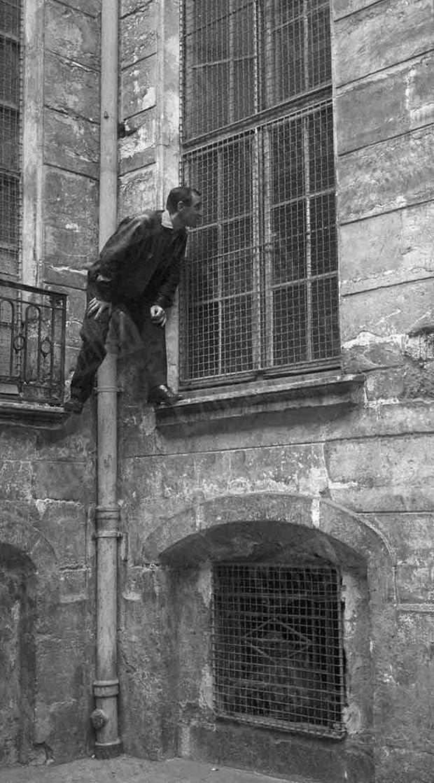 Charles Aznavour dans le quartier de son enfance, perché sur la fenêtre de son école.