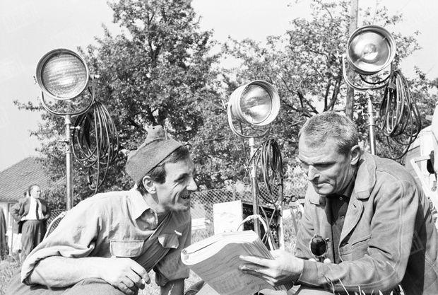 """« Avec Cayatte en Allemagne pendant le tournage de son film """"Le Passage du Rhin"""" » (Paris Match n°596, daté du 10 septembre 1960)"""