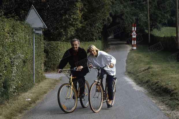 Charles Aznavour et Ulla se promènent en vélo à Cologny, en Suisse, le 25 septembre 1987.