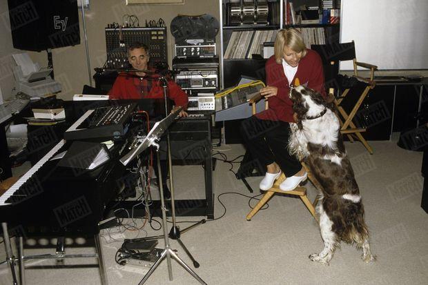 Charles Aznavour et Ulla dans le salon de musique, au sous-sol de la maison de Cologny, en Suisse, le 25 septembre 1987.