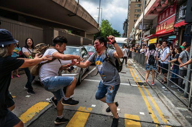 Bagarre entre pro-démocratie et militants pro-Pékin, le 14 septembre. Lors du quinzième week-end consécutif de mobilisation, des rixes ont éclaté au Amoy Plaza, un centre commercial, alors que des centaines de personnes y agitaient des drapeaux chinois.