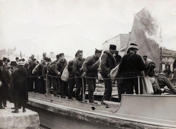 Des forçats embarquent à bord d'un navire à destination des bagnes de la Guyane (non datée).