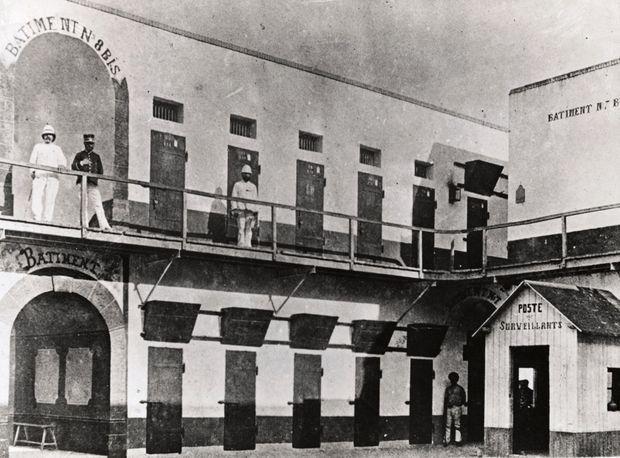 Le principal bâtiment de détention du bagne de l'Île du Diable en Guyane (non datée).