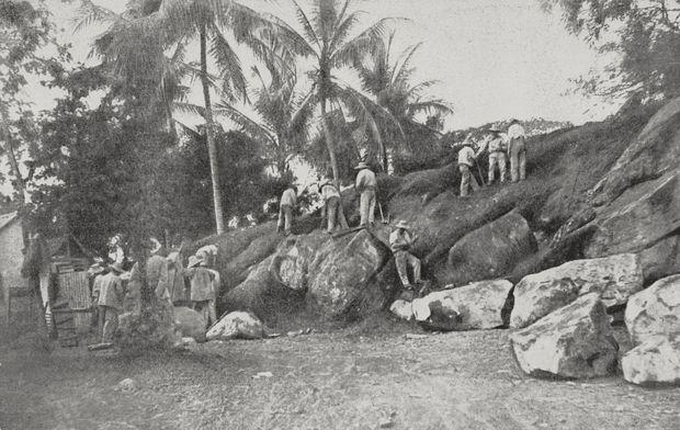 """Des forçats au travail sur l'Île du Diable en Guyane. Photo de """"L'Illustration"""", No 3438, daté du 16 janvier 1909."""