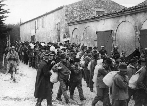 Des condamnés quittant l'Île de Ré pour les bagnes de la Guyane (non datée).