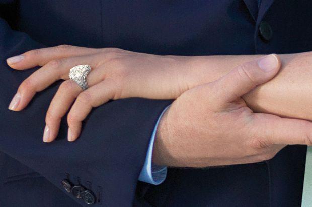 « En 2010, bientôt princesse : Leurs mains enlacées sont comme un serment. Au doigt de Charlene, la bague choisie par Albert pour leurs fiançailles: un modèle épuré et unique. » - Paris Match n°3189, 1er juillet 2010