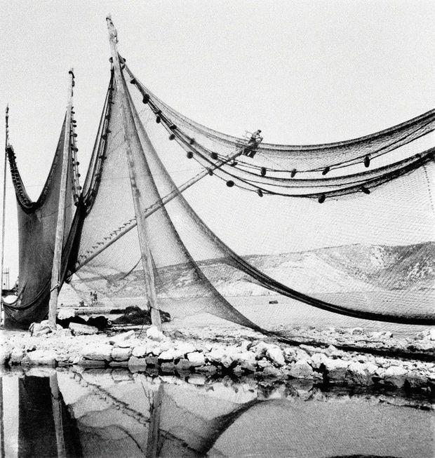 Des filets de pêche séchant sur le port de Bakarac.