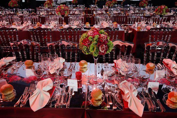 Décor en rouge et blanc dans la salle des Etoiles. Six mille roses composent les bouquets qui décorent les tables.