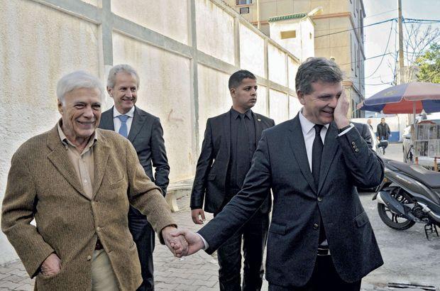 Balade complice dans la casbah avec Guy Bedos, né à Alger, à qui il propose d'être le président de son comité de soutien.
