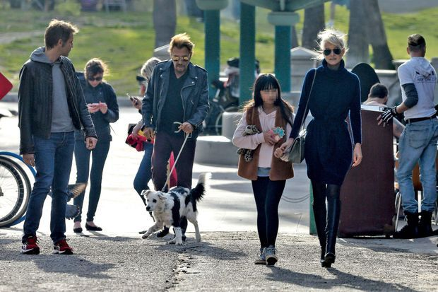 Balade en famille avec Laeticia, Jade et Cheyenne, la chienne abandonnée adoptée par Johnny. Le prince Emmanuel-Philibert de Savoie (à g.) les a rejoints