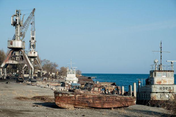 A Balykchy, le chantier naval désaffecté rouille sous le ciel azur.
