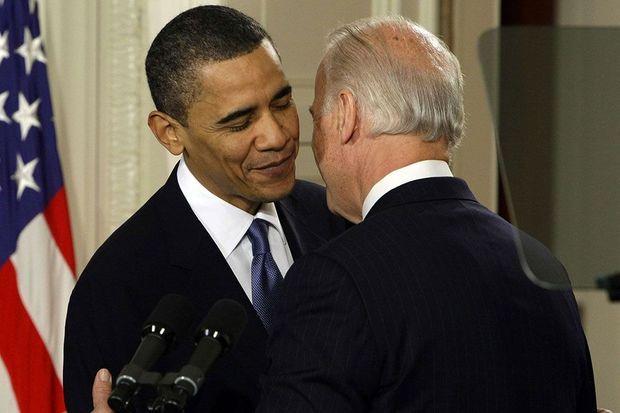 Barack Obama sourit après que Joe Biden lui a dit que sa réforme de la santé est «un sacré putain de truc», le 23 mars 2010.
