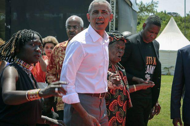 Barack Obama et sa grand-mère Sarah, en juillet 2018.