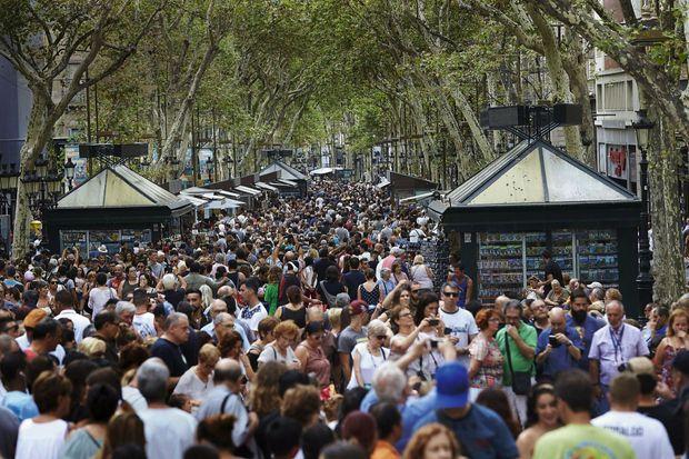 Barcelone. Sur les célèbres Ramblas, les habitants doivent jouer des coudes pour se frayer un passage dans la masse de visiteurs.