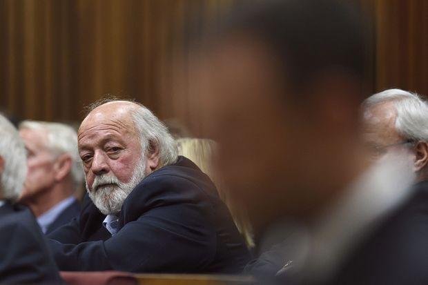 Barry Steenkamp, le père de Reeva, regarde en direction d'Oscar Pistorius, lors de l'énoncé du verdict.