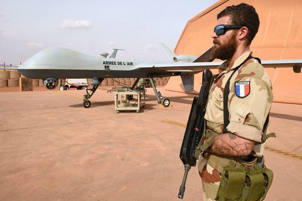 Dans le cadre de l'opération Barkhane, près de 300 militaires français sont postés sur la base aérienne 101 sur le site de l'aéroport international de Niamey. D'autres soldats sur les bases avancées temporaires de Madama et Aguelal dans le Nord du pays.
