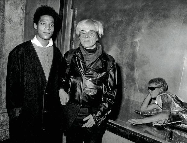 Avec Andy Warhol en septembre 1984 au night-club l'Area à New York, lors d'une exposition au bénéfice de l'Académie de musique de Brooklyn. Affiche pop art des deux artistes en gants de boxe pour une exposition commune à New York, en 1985.