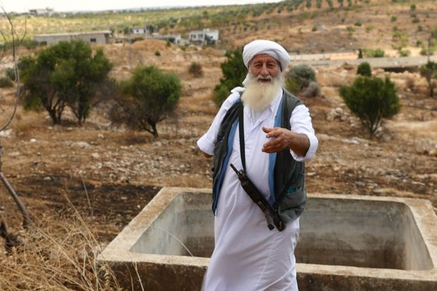 Le chef salafiste Bassam Ayachi,qui a perdu un bras dans un attentat de Daech, visite les lieux où son fils est mort au combat, juin 2015.