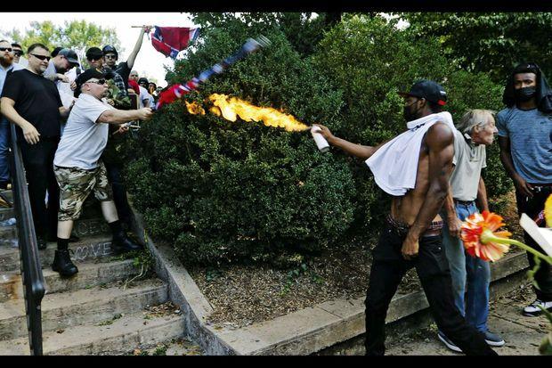 Bataille à coups de drapeau et de vaporisateur enflammé