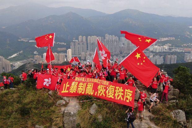 Bataille de couleurs au sommet de Hongkong. Le 14 septembre, des résidents sont montés sur le Lion Rock avec des drapeaux chinois et une banderole : « Mettons un terme au chaos et restaurons l'ordre. »