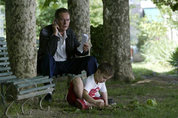 Quelques heures avant son intervention sur TF1, le 18 mai 2003, Dominique Baudis peaufine encore son argumentation, tout en téléphonant à son avocat. A ses pieds, dans un parc de Toulouse, son fils Benjamin, 5 ans.