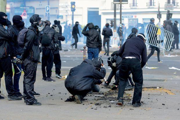 Armés de marteaux et de burins, ils déchaussent les pavés du boulevard de l'Hôpital.