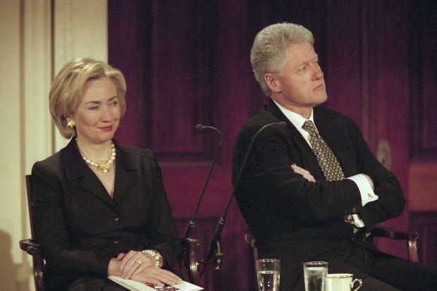 """Hillary et Bill Cliton en mars 1999 à la conférence """"Femmes et Citoyennes"""" à la Maison-Blanche, leur première apparition publique commune depuis """"l'affaire""""."""