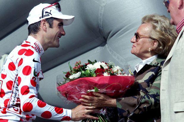 Bernadette Chirac et Laurent Jalabert, maillot à pois, à Sarran le 25 juillet 2001.