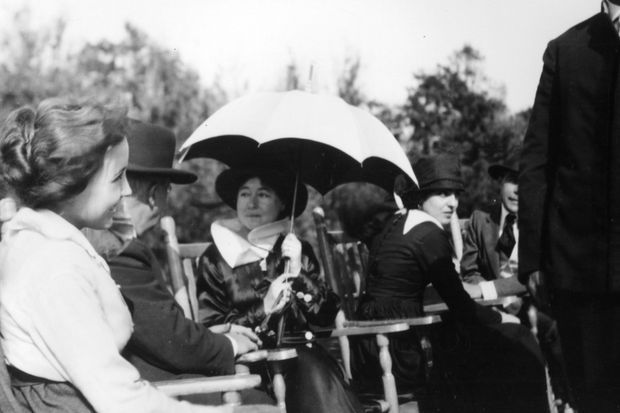 Bessie Love (actrice) et Alice Guy-Blaché sur un tournage