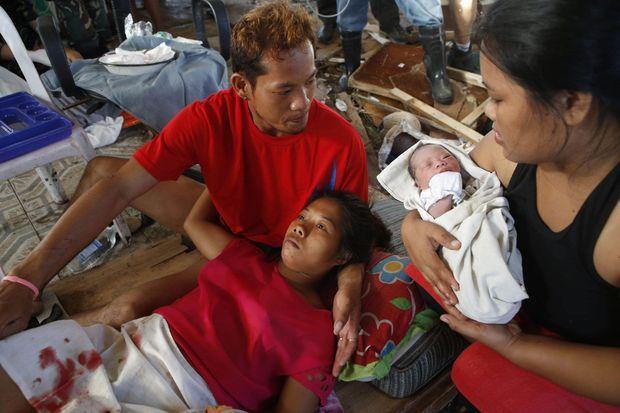 La petite Bea entourée de son père, sa mère et sa tante, lundi.