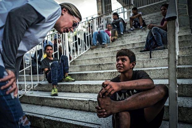 Beatriz, issue de la haute société, s'occupe d'enfants des rues tous les vendredis. Ce garçon s'est blessé au pied faute de chaussures.