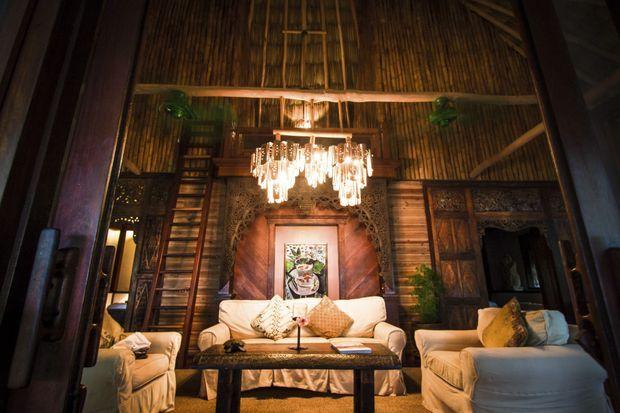 C'est sur ce canapé que Francis Ford Coppola aime à recevoir ses amis, dans sa villa au style balinais qu'il adore.