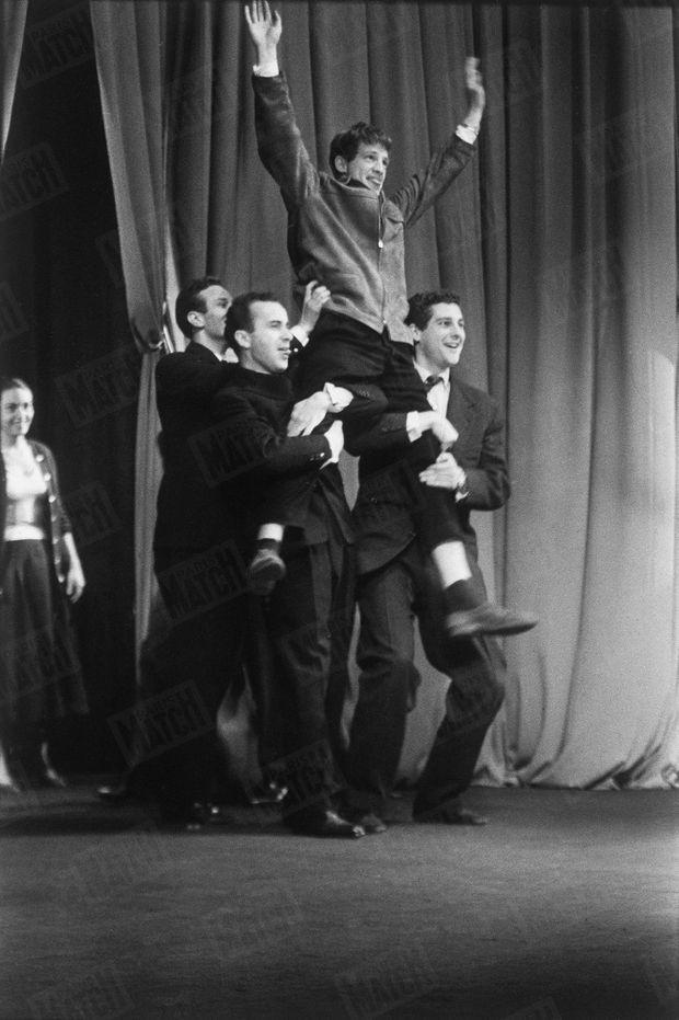 1956 : le jury le boude mais ses camarades Dominique Rozan, Michel Beaune et Victor Garrivier le portent en triomphe sur la scène du théâtre de l'Odéon.