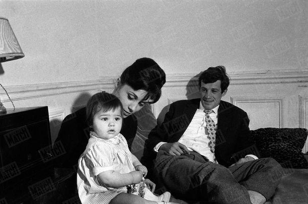 « Il habite un atelier à Montparnasse avec sa femme Elodie. Elle était danseuse. Dans « les Tricheurs », il faisait les poches, elle, une exhibition de jitterburg. Ils ont deux filles Patricia, six ans, et Florence, six mois. » - Paris Match n°577, 30 avril 1960