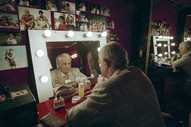 Octobre 1996. Belmondo face à lui-même, dans sa loge du théâtre des Variétés dont il est le propriétaire depuis cinq ans et où il joue « La puce à l'oreille », de Feydeau, mis en scène par Bernard Murat.
