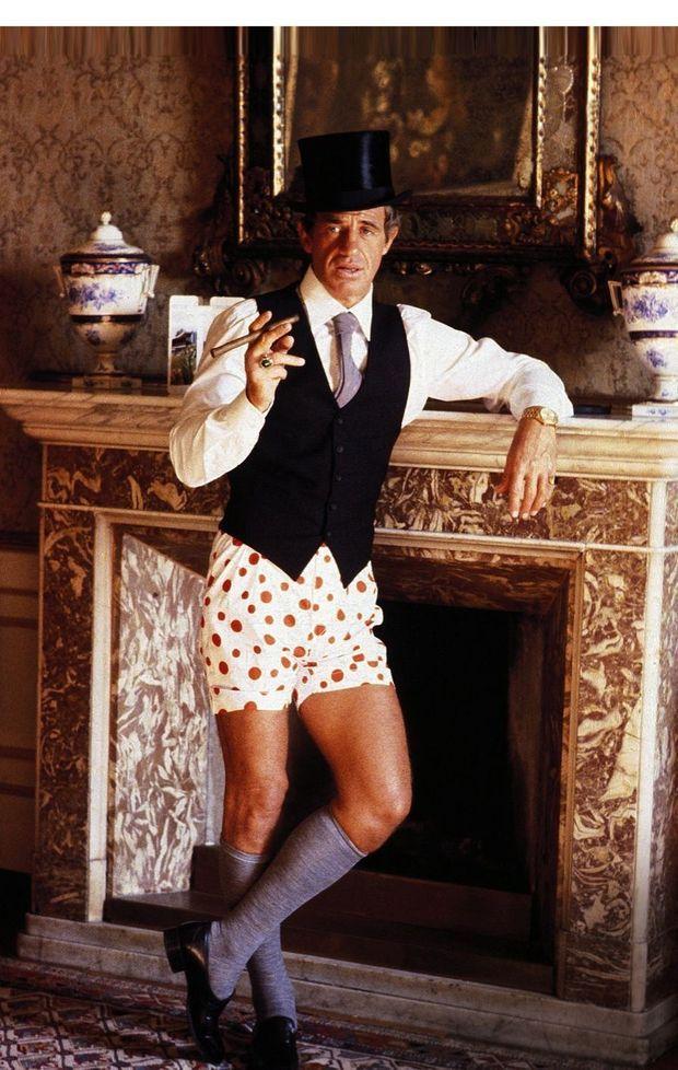 Jean-Paul Belmondo insolent et chic en caleçon blanc à pois rouges dans « Le guignolo »,en 1980.