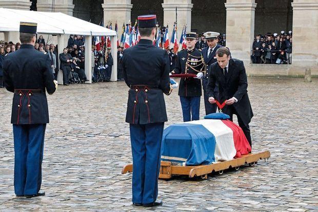 L'hommage national aux Invalides : Emmanuel Macron décore Arnaud Beltrame à titre posthume de la médaille de commandeur de la Légion d'honneur, le 28 mars.