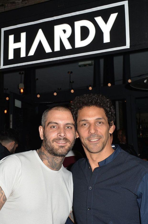 """Ben Delpech et Tomer Sisley, devant leur restaurant """"Hardy"""""""