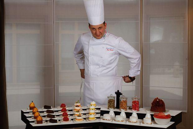 Benoît Charvet, le nouveau pâtissier virtuose, arrivé de chez Georges Blanc, a totalement revu le légendaire chariot de desserts qui faisait frémir nos grands-parents.