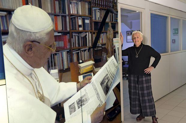 Lucetta Scaraffia, dans les locaux de « Donne, Chiesa, Mondo », à côté du portrait de Benoît XVI lisant « L'Osservatore Romano ».