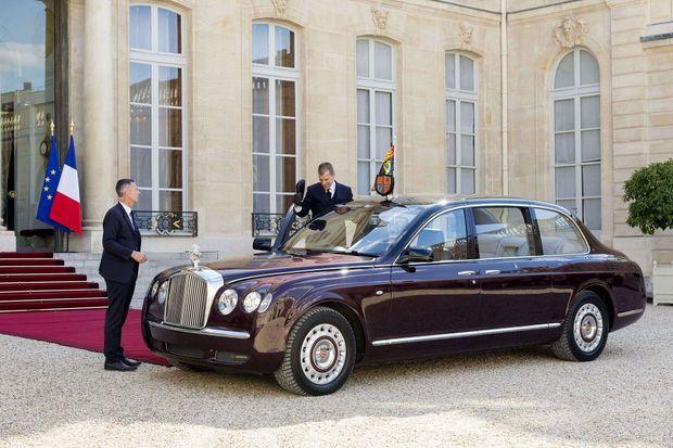 La limousine peut aussi voyager avec la reine : ici, elle est dans la cour de l'Elysée, à Paris, en juin 2014. En haut : Elizabeth II et le prince Philip montent à bord de la voiture à leur arrivée à la Gare du Nord, en avril 2004.