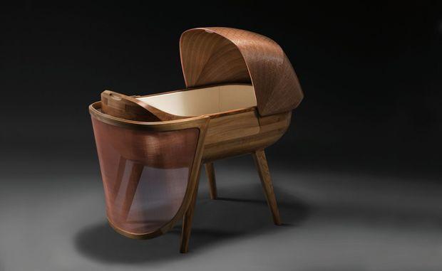 L'ébéniste parisien Ludwig Vogelgesang, les designers André Fontes et Guillaume Lehoux du studio Noir Vif ont mis deux ans à construire cet objet unique.