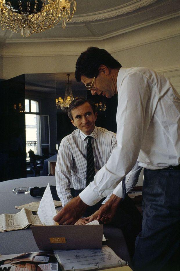 Bernard Arnault avec Pierre Godé, dans les bureaux de Dior, en juin 1989.
