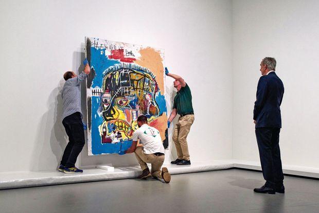 Bernard Arnault, président la Fondation Louis Vuitton, attentif à l'accrochage de l'exposition.
