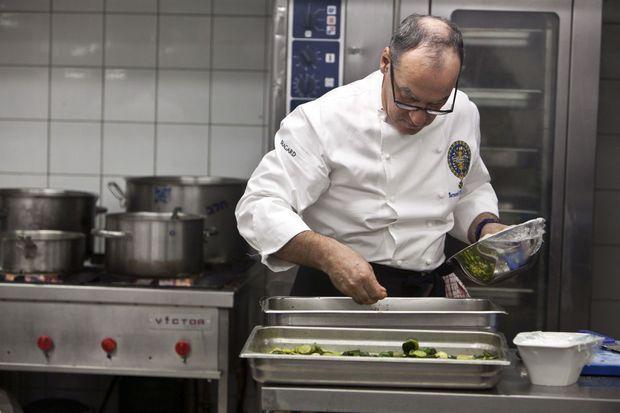 1er février 2012: Bernard Vaussion est à l'oeuvre dans les cuisines de l'hôtel Herods, de Tel Aviv, où il prépare un repas pour un gala en faveur de la paix.
